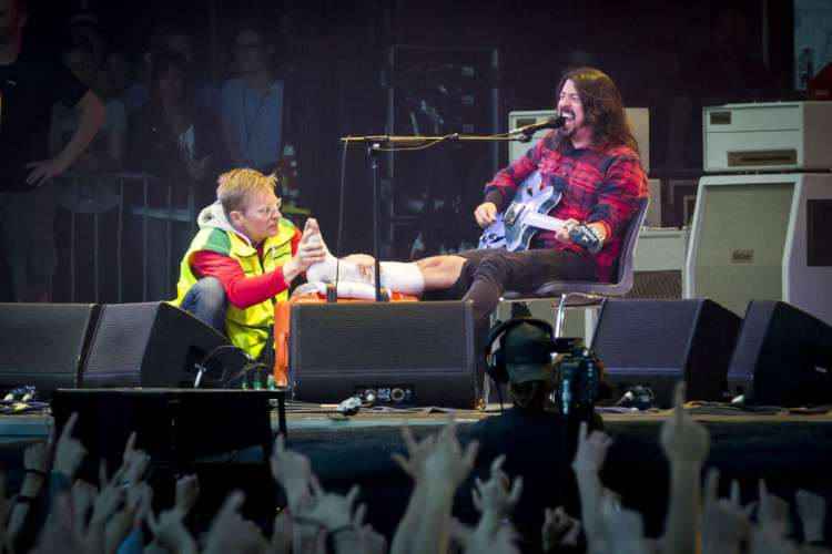 dave-grohl-broken-leg-performing
