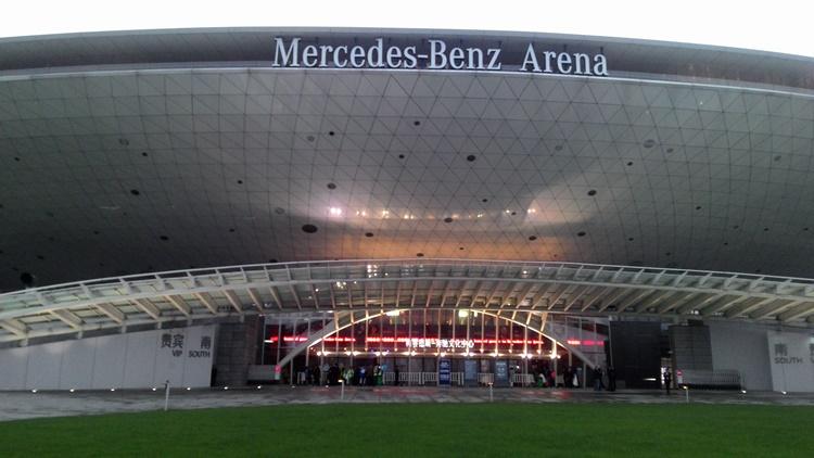 ด้านหน้า Mercedes-Benz Arena